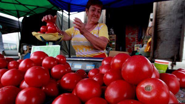 Продажа помидоров на продовольственной ярмарке - Sputnik Азербайджан