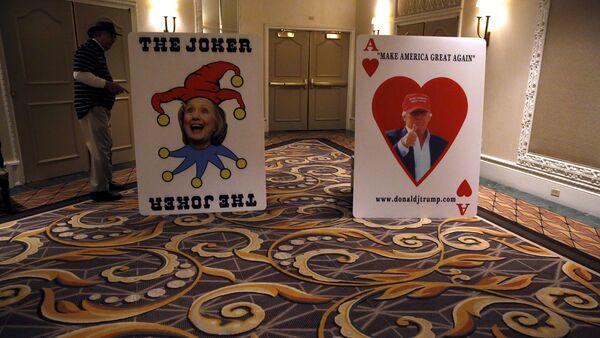 Предвыборные плакаты Дональда Трампа и Хиллари Клинтон - Sputnik Азербайджан