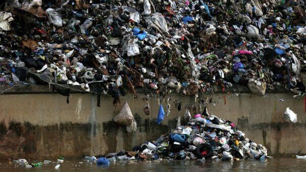 Мусор на берегу реки в Бейруте. Архивное фото - Sputnik Азербайджан