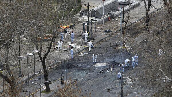 Судебные эксперты работают на месте взрыва в Анкаре - Sputnik Азербайджан