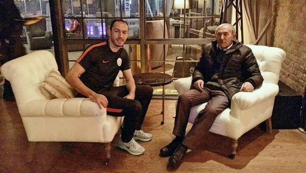 Нападающий турецкого футбольного клуба Галатасарай Умут Булут с отцом Камалом Булутом - Sputnik Азербайджан
