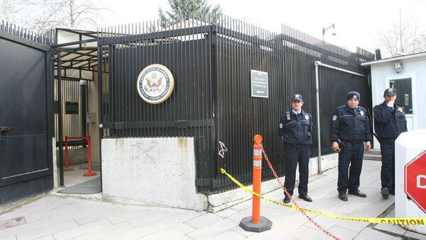 Турецкие полицейские у посольства США в Анкаре - Sputnik Азербайджан