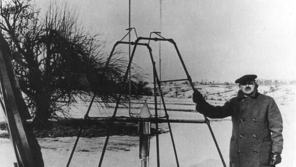 Роберт Годдард рядом с самым известным своим изобретением – первой ракетой на жидком топливе  - Sputnik Азербайджан