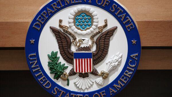 Символ Государственного департамента США в зале для брифингов. Архивное фото - Sputnik Azərbaycan