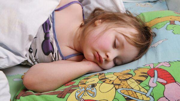 Девочка спит во время тихого часа в детском саду - Sputnik Азербайджан