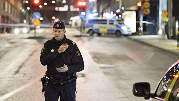 Сотрудник шведской полиции на улицах Стокгольма. Архивное фото - Sputnik Азербайджан