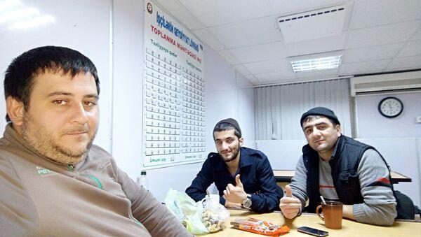 Нефтяники с Гюнешли, ночная смена (слева - Бахруз Бабаев) - Sputnik Азербайджан