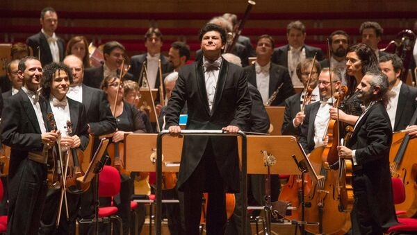С  оркестром Театро Камунале в Болонии - Sputnik Азербайджан