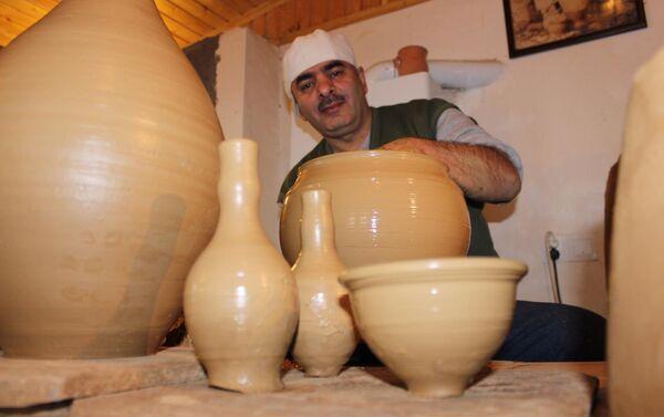 Мастер Нуриев за созданием кувшина - Sputnik Азербайджан