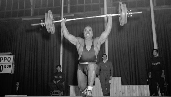 Джон Дэвис, участник чемпионата мира по тяжелой атлетике, Милан, Италия. 1951 год - Sputnik Азербайджан