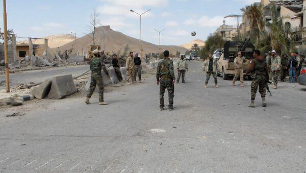 Сирийские военные играли в мяч на улице освобожденной от боевиков Пальмиры - Sputnik Азербайджан