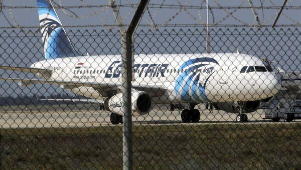 Пассажирский самолет A320 египетской авиакомпании Egypt Air, захваченный неизвестными - Sputnik Азербайджан