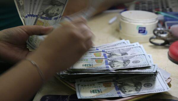 100-долларовые купюры. Архивное фото - Sputnik Azərbaycan
