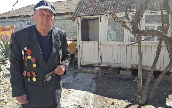 Владимир Степанович не часто одевает свои награды - Sputnik Азербайджан
