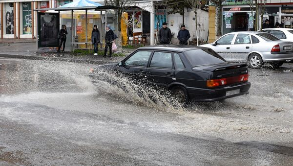 Затопление на дорогах Баку после дождя - Sputnik Азербайджан