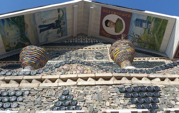 На переднем фасаде нарисованы два портрета – Ибрагима и Юсифа Джафаровых - Sputnik Азербайджан