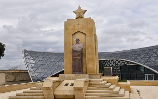 Памятник генерал-майору Ази Асланову, дважды Герою Советского Союза - Sputnik Азербайджан