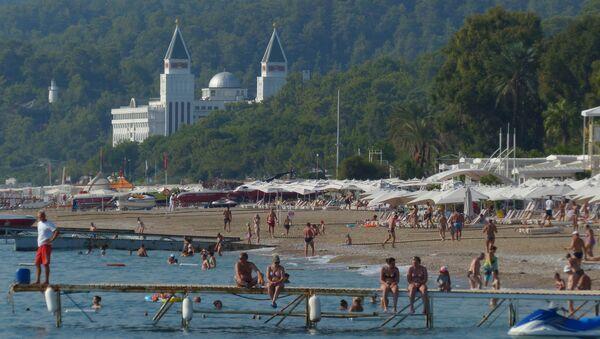 Пляж одного из курортов Антальи - Sputnik Азербайджан