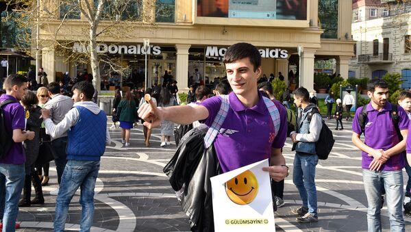 Акция подари улыбку в Баку - Sputnik Азербайджан