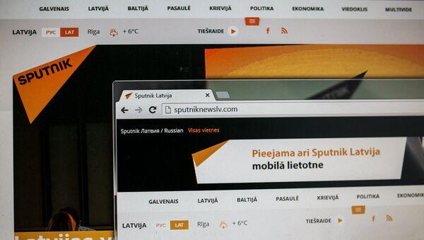 Монитор компьютера с сайтом Sputnik Латвия - Sputnik Азербайджан