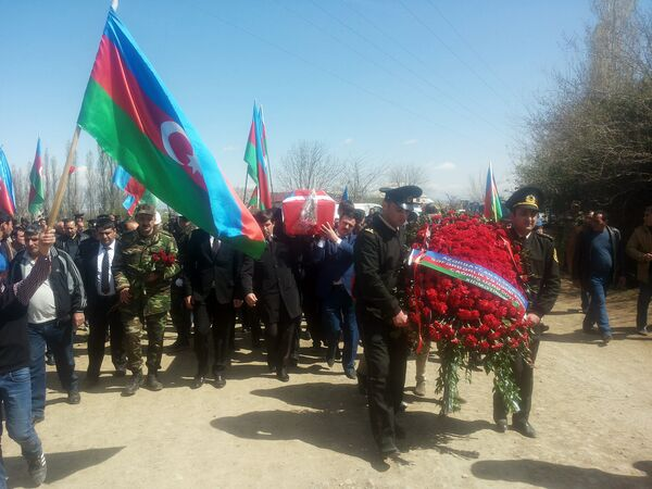 На похоронах присутствовали представители общественности и боевые товарищи солдата - Sputnik Азербайджан