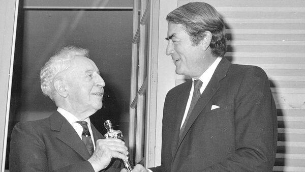 Американский актер Грегори Пек (справа) с пианистом Артуром Рубинштейном. 1970 год - Sputnik Азербайджан