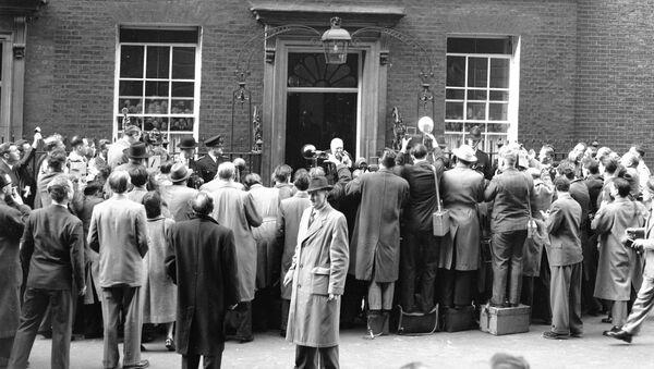 Британский премьер-министр, сэр Уинстон Черчилль в окружении журналистов после объявления об отставке - Sputnik Азербайджан