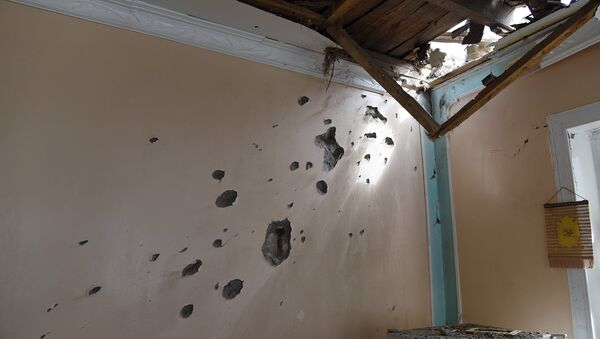 Следы артобстрела на стене дома - Sputnik Азербайджан