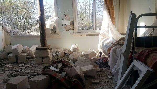 Разрушенный обстрелом дом в прифронтовом селе, архивное фото - Sputnik Азербайджан