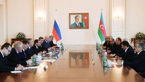 Председатель правительства РФ Дмитрий Медведев (пятый слева) и президент Азербайджана Ильхам Алиев (четвертый справа) во время встречи в расширенном составе - Sputnik Азербайджан