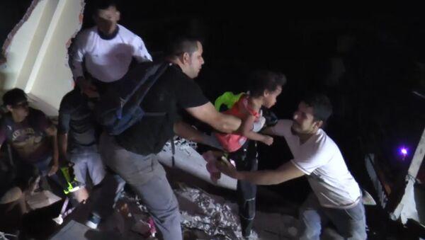 Землетрясение в Эквадоре: спасательная операция и кадры разрушений - Sputnik Азербайджан