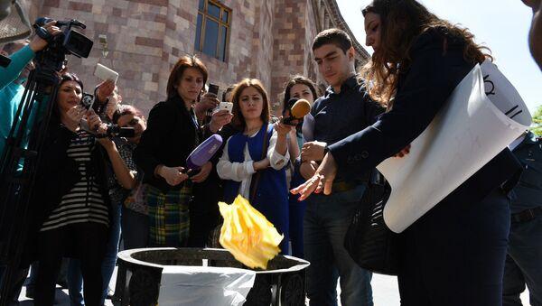 Акция протеста в Ереване против приобретения турецких товаров - Sputnik Азербайджан