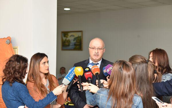 Главврач БССНМП Рауф Нагиев дает интервью журналистам - Sputnik Азербайджан