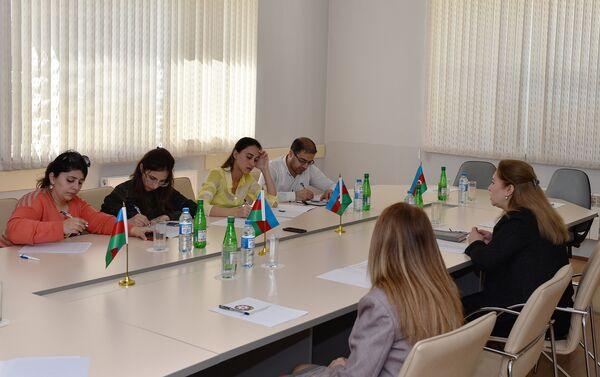 Заведующая 10 подстанцией БССНМП Тарана Шахмамедова общается с журналистами - Sputnik Азербайджан