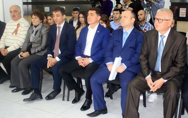 Присутствующие депутаты, дипломаты, журналисты также приняли участие в тестировании - Sputnik Азербайджан