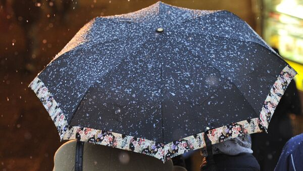 Женщина с зонтом. Архивное фото - Sputnik Азербайджан
