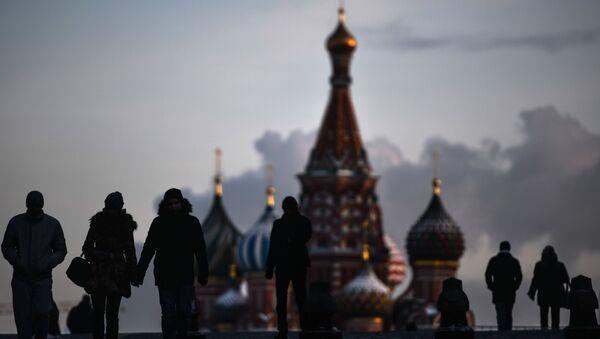 Люди на Красной площади в Москве - Sputnik Азербайджан