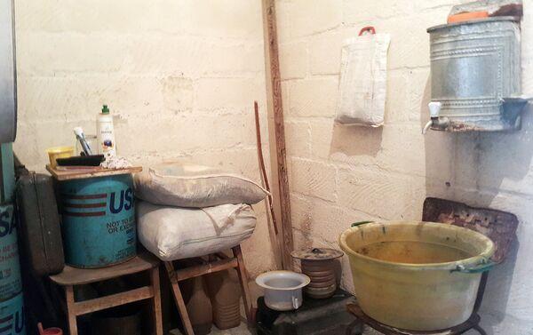 В доме, где проживают сестры, нет элементарных коммунальных условий. - Sputnik Азербайджан