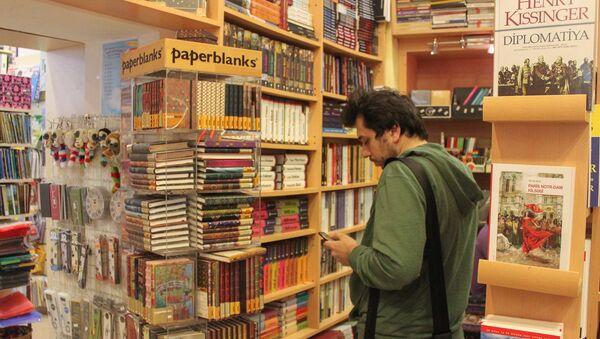 Kitab mağazasında alıcı - Sputnik Азербайджан