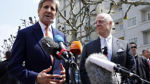 Джон Керри общается с журналистами по итогам переговоров со спецпосланником ООН по Сирии Стаффаном де Мистурой - Sputnik Азербайджан