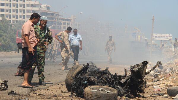 Взрыв заминированного автомобиля на центральной площади портового города Аден, Йемен - Sputnik Азербайджан