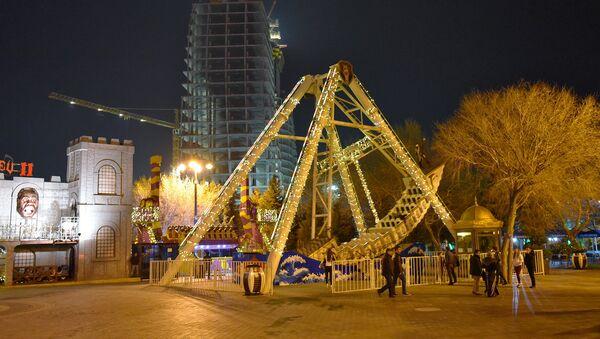 Качели-лодка на бакинском бульваре - Sputnik Азербайджан
