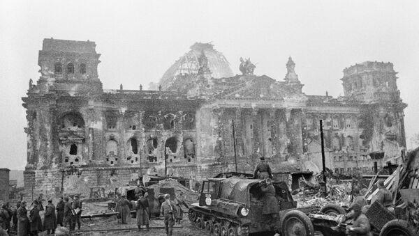 Берлин. Советские военные у рейхстага в первые дни после капитуляции Германии - Sputnik Азербайджан
