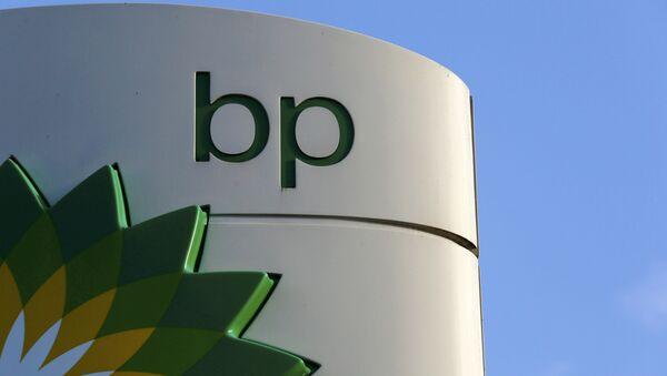 Эмблема BP на автозаправочной станции в Лондоне. Архивное фото - Sputnik Azərbaycan
