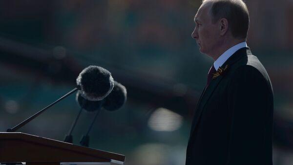 Президент РФ В.Путин и премьер-министр РФ Д.Медведев на военном параде в честь 71-й годовщины Победы в ВОВ - Sputnik Азербайджан