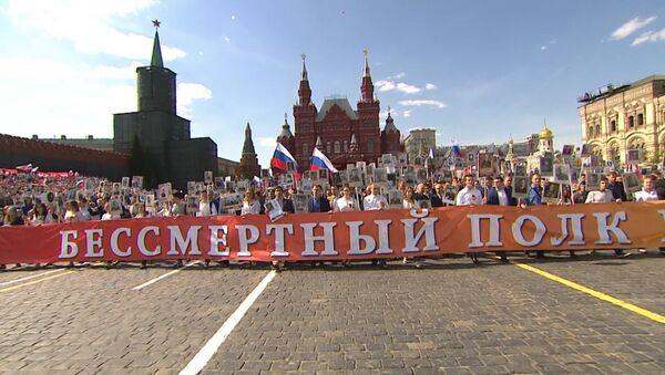 Бессмертный полк в Москве: как проходила акция в центре столицы - Sputnik Азербайджан