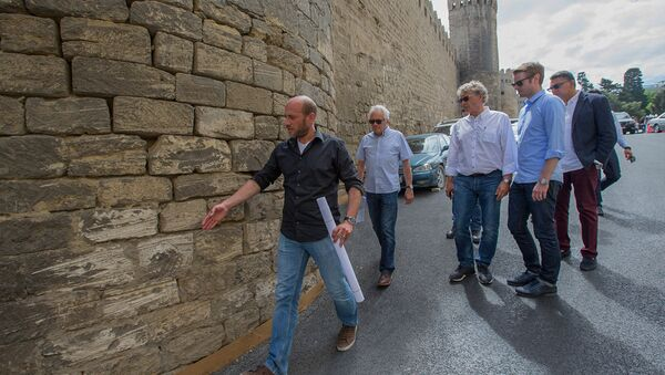 Делегация Ф1 знакомится с участком трассы на извилистом подъеме вдоль стены Ичеришехер - Sputnik Азербайджан