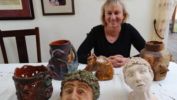 Бетси Соул показывает некоторые из образцов керамики, которые она создала в средней школе в начале 1970-х - Sputnik Азербайджан