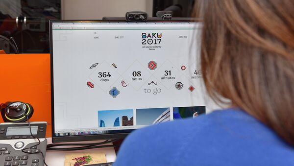 Девушка за просмотром официального сайта IV Игр исламской солидарности - Sputnik Азербайджан