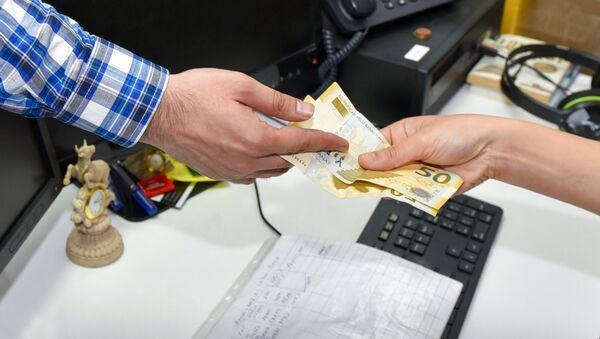 Денежные выплаты, архивное фото - Sputnik Азербайджан